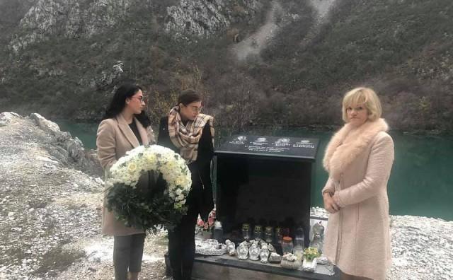 MOSTAR Studenti zapalili svijeće i položili vijenac na spomen ploču poginulim studentima iz Slavonije