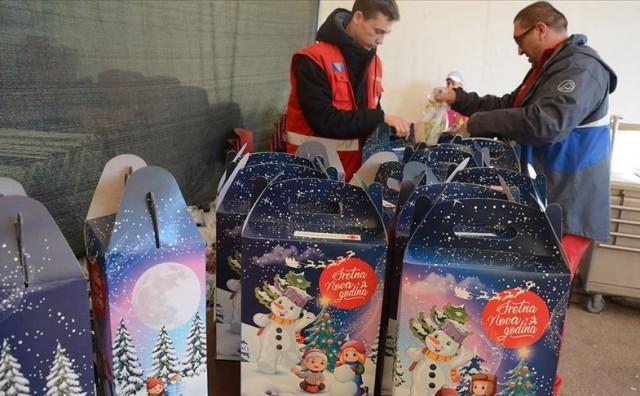 IZBJEGLIČKI CENTAR SALAKOVAC Crveni križ uručio paketiće djeci migranata