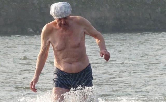 NOVOGODIŠNJE KUPANJE Zeničanin Hamid Begovac do sada se okupao 65 puta u rijeci Bosni