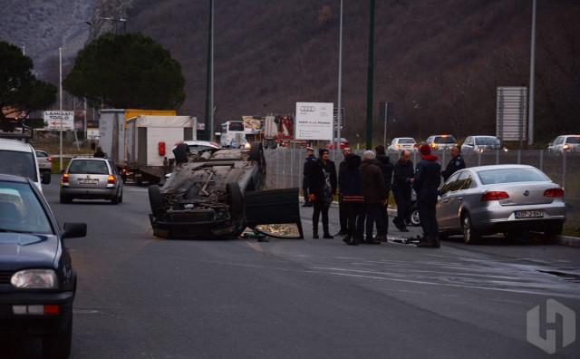 NA ULAZU U MOSTAR Automobil na krovu, jedna osoba ozlijeđena