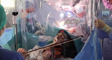 Žena svirala violinu za vrijeme operacije tumora na mozgu