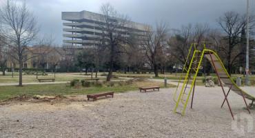 SIGURNOST DJECE Djelatnici Komunalnog poduzeća uklonili stablo u blizini igrališta za djecu