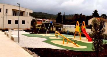 Župnik izgradio dječje igralište pored crkve