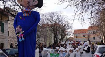 Na karnevalu u Imotskom spalili figuru gej para s djetetom