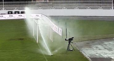 """Zrinjski u vodstvu pod Bijelim brijegom, prskalice """"okupale"""" kameru pred utakmicu"""
