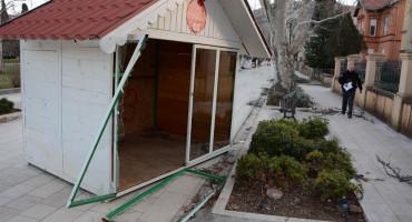 Da su uklonjene na vrijeme, adventske kućice ne bi pretrpjele štetu