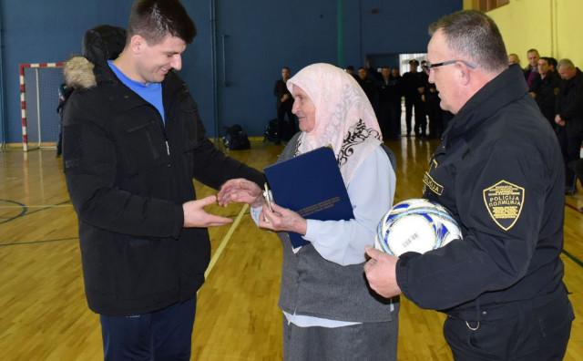 GODINA OD UBOJSTAVA EDINA GAČIĆA Kolege obišle obitelj ubijenog policajca