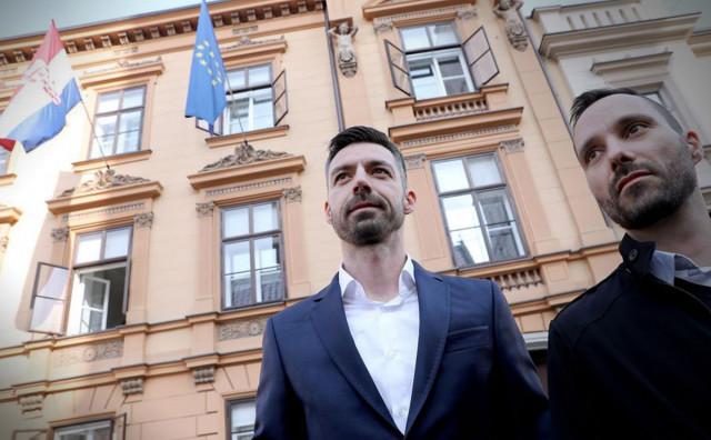 9 SUDACA ZA, 4 PROTIV Ustavni sud u Hrvatskoj rekao da gay osobe mogu udomiti djecu