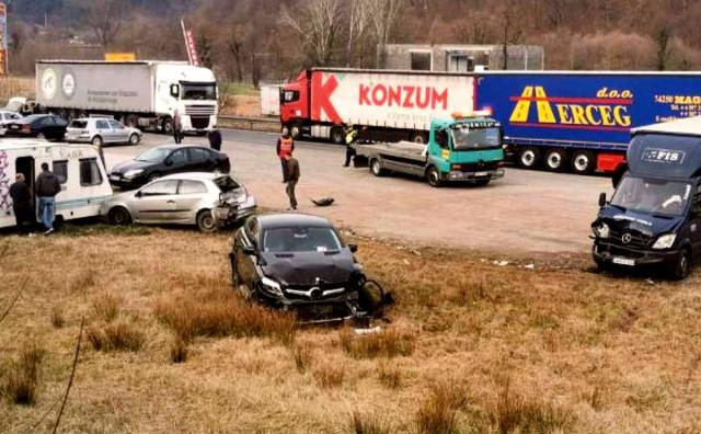 Teška prometna nesreća u Žepču, troje ozlijeđeno