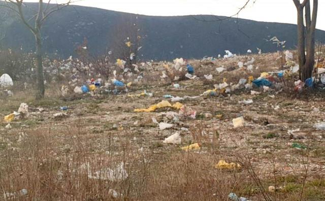 DEPONIJA UBORAK Bura raznosi smeće u pravcu grada