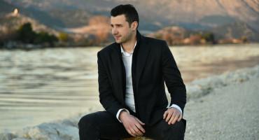 "Mostarac Branko Marušić oduševio romantičnom pjesmom ""Voli me tako"""