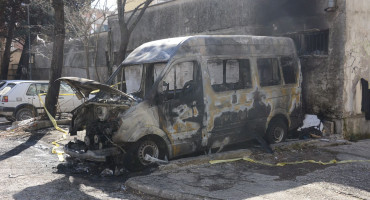 U požaru kraj mostarske tržnice izgorio putnički kombi