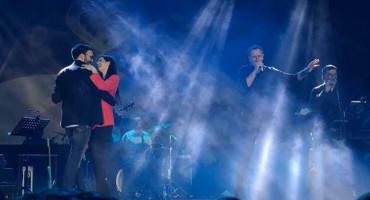 """ROMANTIKA U KOSAČI Budući mladenci zaplesali na bini dok im je Ćetković pjevao """"Ljubav"""""""