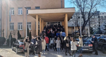 Odabrani pripravnici se gužvaju ispred Vlade HNŽ-a kako bi potpisali ugovor
