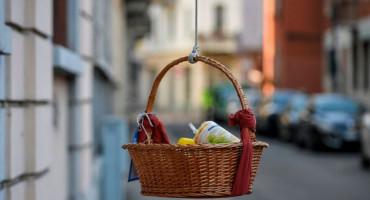 NAPULJSKA SOLIDARNOST Košare s hranom spuštaju se s balkona