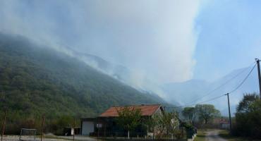 Požar u Kutilivaču i dalje aktivan, vatrogasci zatražili pomoć Oružanih snaga