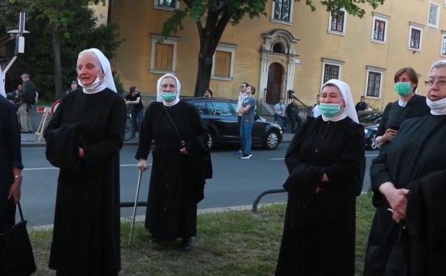Časne sestre pred katedralom pjevale 'Zdravo Djevo, kraljice Hrvata'