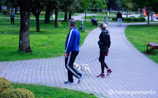 IAKO JE ZABRANJENO Vlasnici šetaju pse Zrinjevcem, a djeca su u kućama