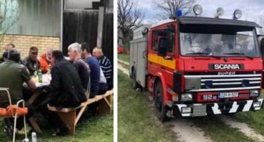 JOŠ JEDAN KORONA PARTY Načelnik okrenuo janje na ražnju, policija kaznila 11 osoba