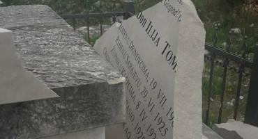 U Klepcima uništen spomenik svećeniku koji je mučki ubijen od strane Partizana