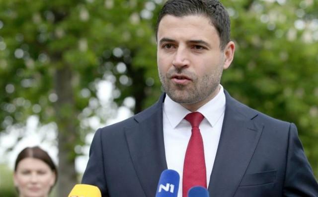 MILANOVIĆ ĆE POLUDJETI Pogledajte uz kakvu je zastavu Bernardić položio vijenac u Borovu Selu