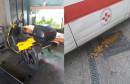 ŠOKANTNE FOTOGRAFIJE IZ SKB MOSTAR Dolma ispada iz vozila, lakiraju se privatni automobili i karta u radnom vremenu