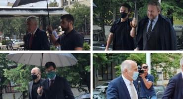 KIŠOBRAN ZA DVOJE Veleposlanici se štite sami, a Čoviću i Izetbegoviću drugi nose kišobrane