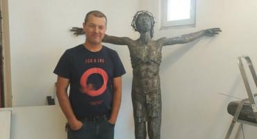 ZLATNE RUKE MOSTARCA DRAŽENA VUČINE Već četiri godine izrađuje kip Isusa višeg od dva metra