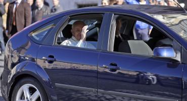 Papa poslao donaciju migrantima u BiH