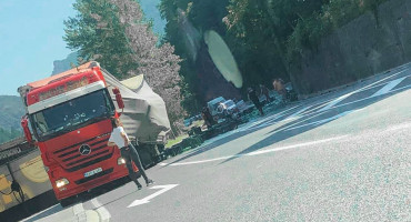 Gajbe s bocama ispale iz kamiona kod Konjica, promet privremeno obustavljen