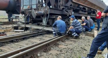 Djelatnici Željeznica FBiH jedan vagon uspjeli vratiti na šine, a drugi ne