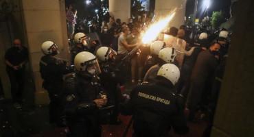 DRAMA U BEOGRADU Prosvjednici upali u parlament, mlatili se s policijom satima