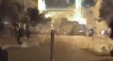 KAKAV VOLEJ Pogledajte kako je vratio suzavac policajcima u Beogradu