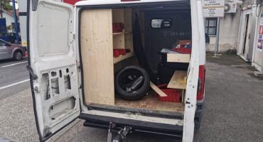 U KOMBIJU Crnogorac kroz BiH provezao 55 kg droge; Uhićen na granici