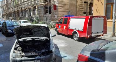 MOSTAR Zapalio se automobil u vožnji