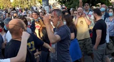 NAPETO U BEOGRADU Napadnut Sergej Trifunović, krvave glave otjeran od strane prosvjednika