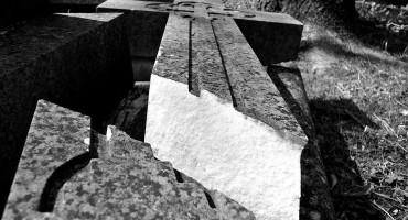 RAVNO Slomljeni križevi koji su podignuti u čast poginulim braniteljima