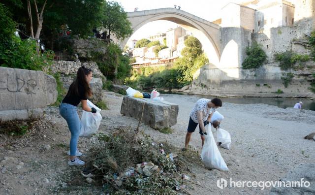 Mladi čistili plato ispod Starog mosta
