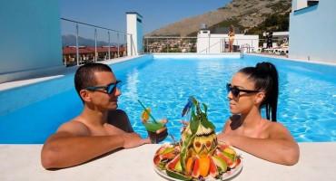 Prvi kupači na krovnim bazenima luksuznog naselja SPK Centar u Trebinju