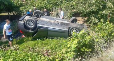 GRUDE Automobil uletio u dvorište kuće i prevrnuo se