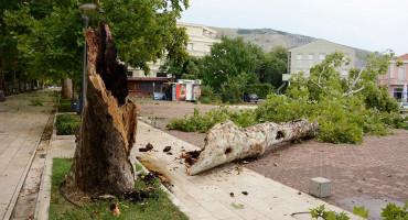KIŠA I VJETAR Nevrijeme napravilo kaos po Mostaru