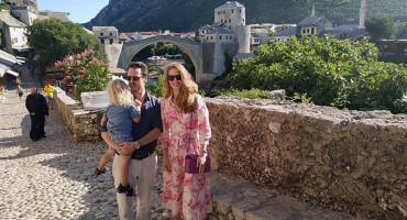 POSJETA Princ s obitelji prošetao Mostarom