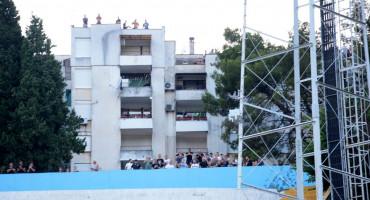 Ultrasi bodre Zrinjski s parkinga i vrha zgrade