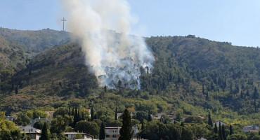 GORI Požar na prilazu Mostaru, vatra zaprijetila kućama