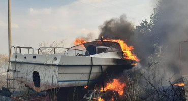 ORTIJEŠ Požar zaprijetio kućama, izgorjela dva čamca