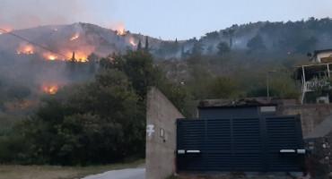 POŽAR NA HUMU Vatrogasci odbijaju vatru od kuća