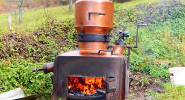 RAMLJACI UPALILI VESELI STROJ U tijeku berba šljive i pečenje rakije