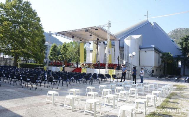 Vanjski oltar spreman za predaju službe novom biskupu Petru Paliću