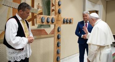 Hrvati iz Beča odnijeli papi križ s utisnutim jajima