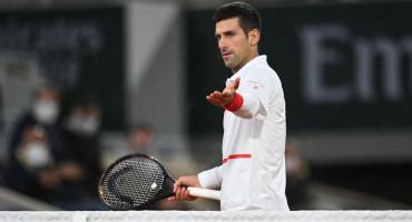 ROLAND GARROS Zbog Đokovićeve reakcije sudac prekinuo meč, Novak u svom stilu pomagao djelatnicima na terenu